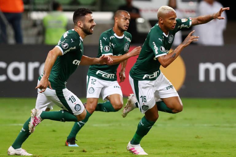 Palmeirenses comemoram gol em jogo da fase de grupos da Libertadores