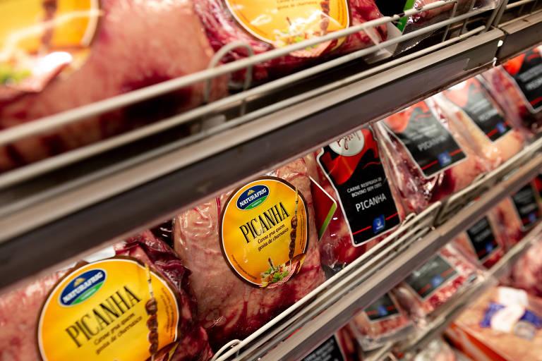 carne embalada em freezer no supermercado