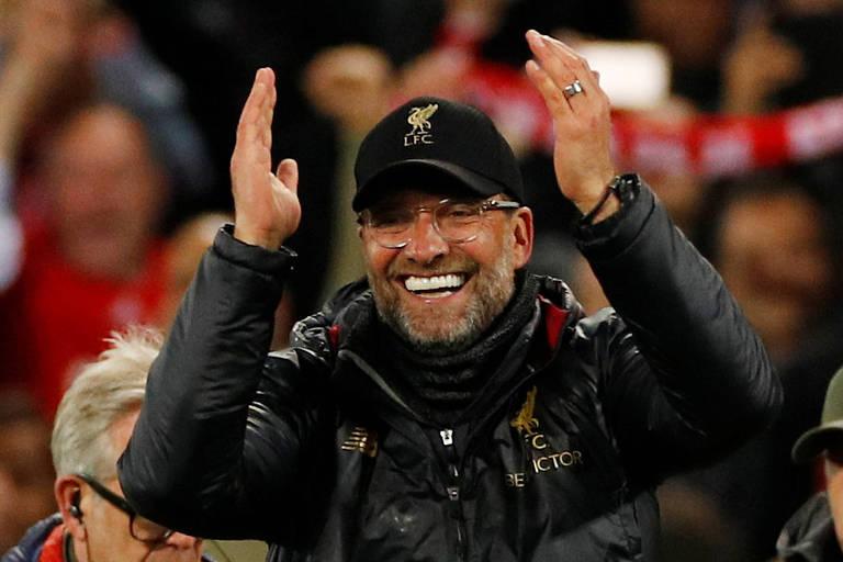 O récnico Liverpool, Jüergen Klopp, celebra a classificação à final da Liga dos Campeões da Europa após golear o Barcelona por 4 a 0, na Inglaterra.