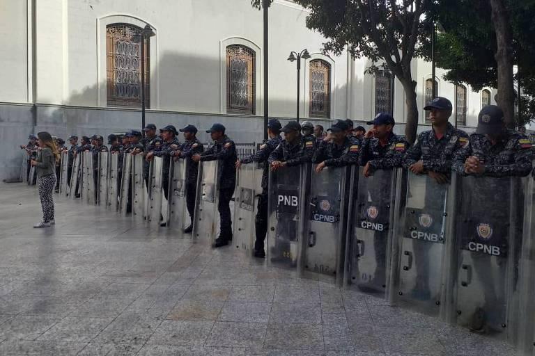 A foto mostra agentes de segurança de Nicolás Maduro cercando a Assembleia Nacional venezuelana