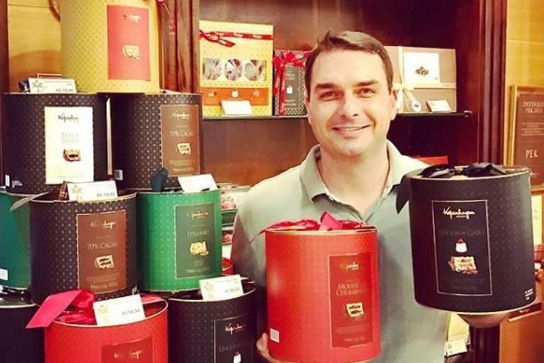 Flávio Bolsonaro em loja de chocolates