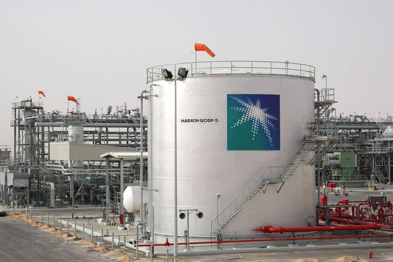 Imagem de arquivo mostra instalação petrolífera em Haradh, na Arábia Saudita