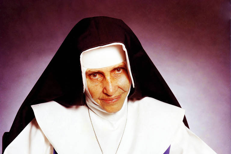 Irmã Dulce, religiosa católica com véu olhando para a câmera