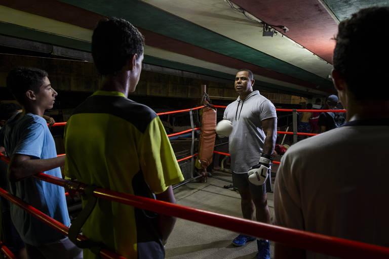 O segurança Marcão conversa com os jovens que frequentam a academia no ringue antes de iniciar o treinamento