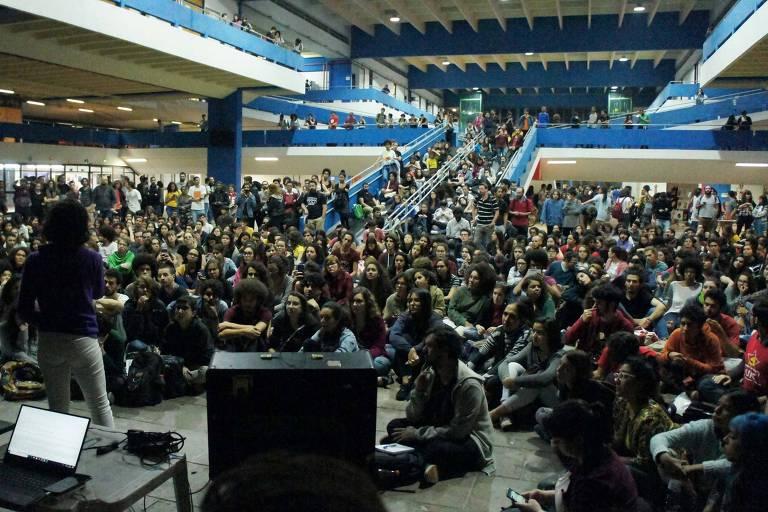 Assembleia na Universidade de São Paulo sobre os protestos contra cortes na área da educação, na quinta-feira (9)