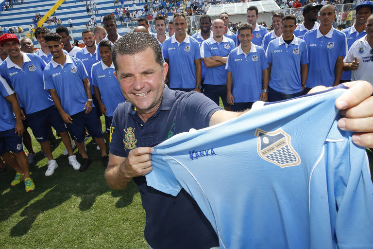 Paulo Sirqueira, presidente do Água Santa, mostra a camisa da equipe