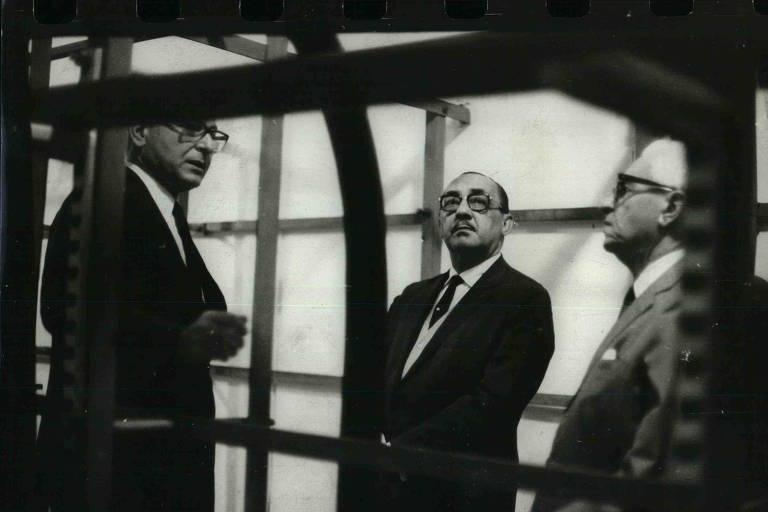 Na Companhia Telefônica, o ministro Carlos Furtado de Simas (Comunicações) ouve explicações de seus diretores. (1969)