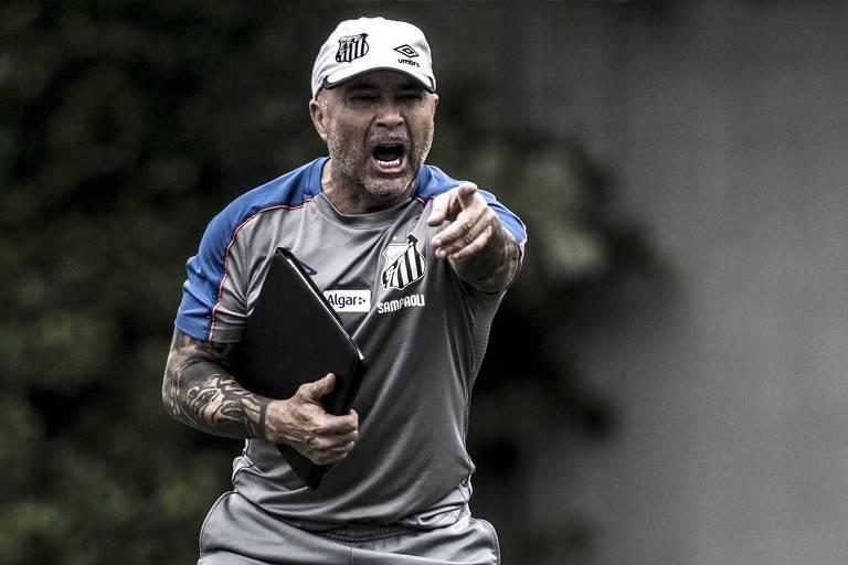 Jorge Sampaoli comanda treino do Santos no CT Rei Pelé; Peixe tem bom histórico contra o Galo em mata-matas, mas técnico atravessa jejum