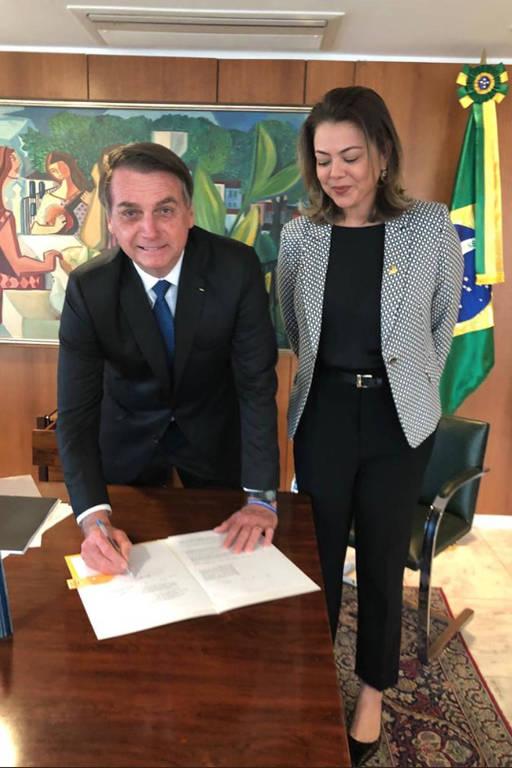 O presidente Jair Bolsonaro com a senadora Leila Barros ao assinar alteração na lei Maria da Penha que permite a policiais conceder medidas protetivas