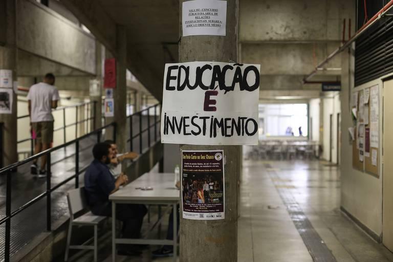 Cartazes espalhados por alunos da Unifesp em Osasco contra cortes na educação