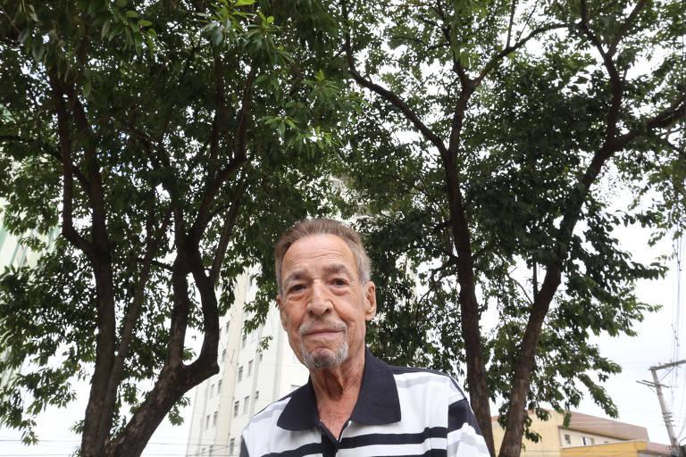O aposentado Luiz Chagas, 83, pede a poda de duas árvores que ficam em uma praça, na Vila Maria Alta (zona norte)