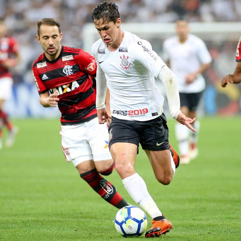 Corinthiano Mateus Vital tenta se livrar da marcação do rubro-negro Everton Ribeiro no duelo da Copa do Brasil do ano passado, vencido pelo Timão