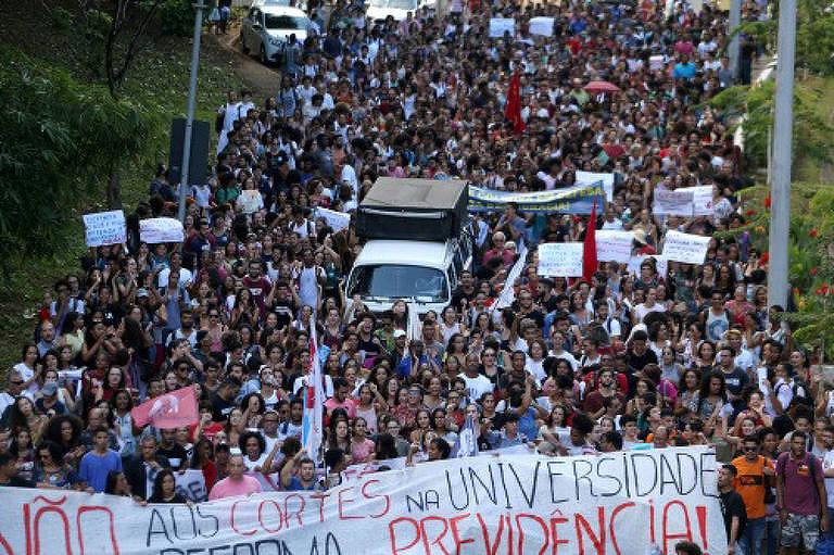 Professores, funcionários e estudantes da Ufba em manifestação contra o bloqueio de 30% do orçamento da instituição