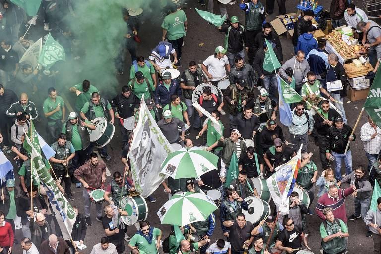 Manifestantes protestam contra aumento de tarifas durante greve em Buenos Aires, na Argentina
