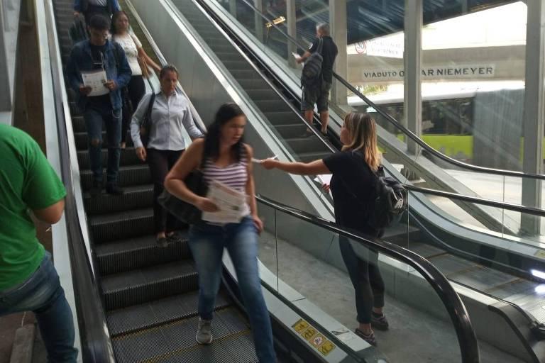 Alunos fazem panfletagem na estação Pampulha, na manhã de quarta (15)