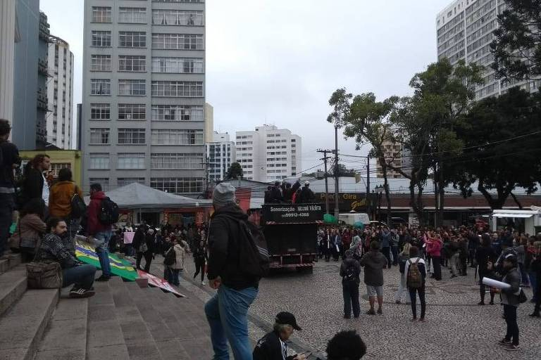 Alunos da UFPR e movimentos sindicais iniciam protesto em Curitiba