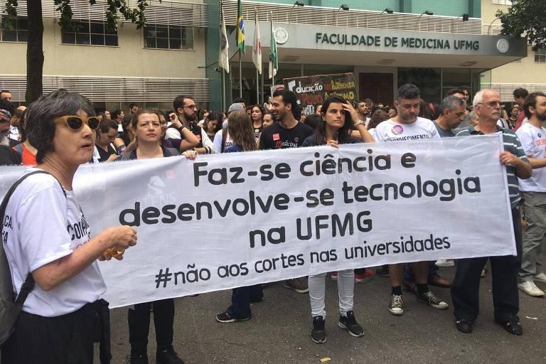 Alunos e professores da UFMG protestam contra cortes na educação