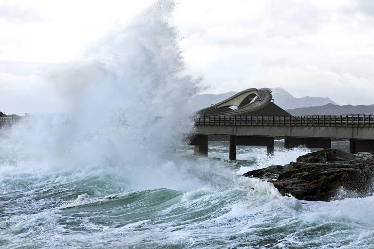 Onda se choca contra barreira de proteção da Atlantic Ocean Road, na Noruega