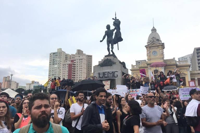 Protestos contra cortes na educação