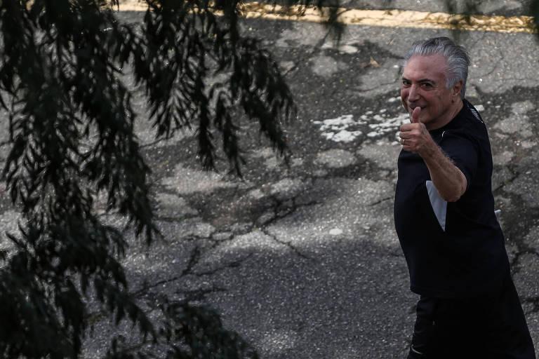 O ex-presidente Michel Temer caminha em pátio de prédio da polícia em SP