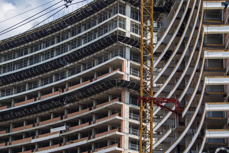 Na foto, um prédio sendo construído