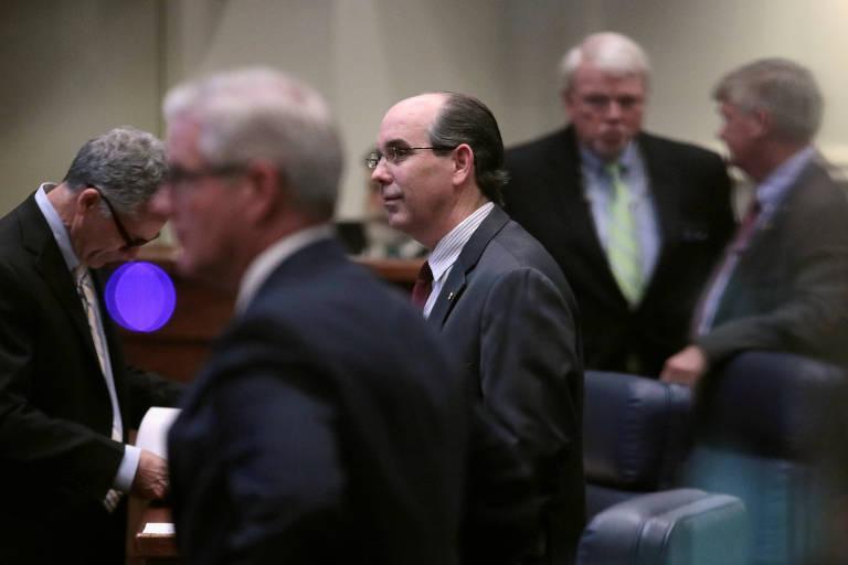O senador republicano Clyde Chambliss, ao centro, durante a votação no Senado do Alabama de lei anti-aborto