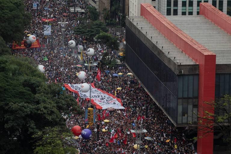 Manifestantes na avenida Paulista, durante ato do dia nacional de paralisação contra os cortes na área de educação e pesquisa anunciados pelo governo federal