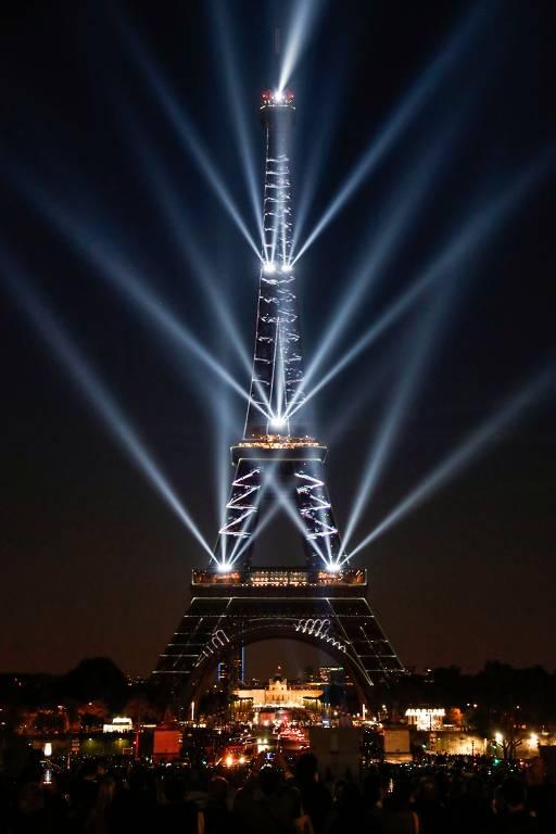 Torre Eiffel, em Paris, tem show de luzes para marcar os 130 anos de sua construção