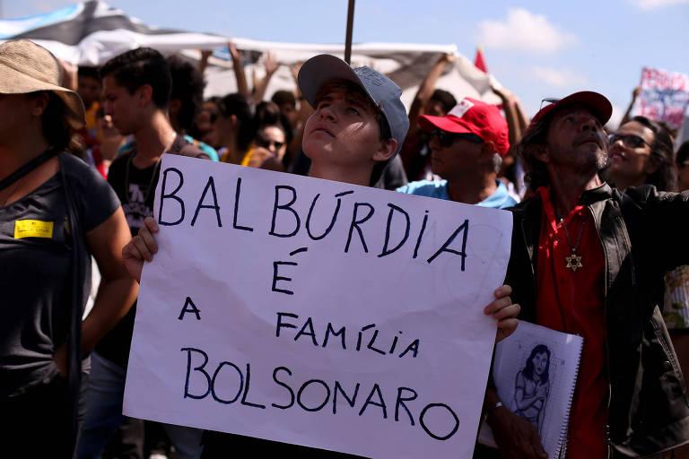 """""""Balbúrdia é a família Bolsonaro"""" em cartaz em Brasília"""