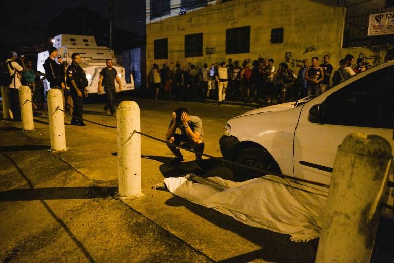 Amigos e familiares de Jean Silva protestam no Complexo do Alemão, em frente à escola onde ele lecionava