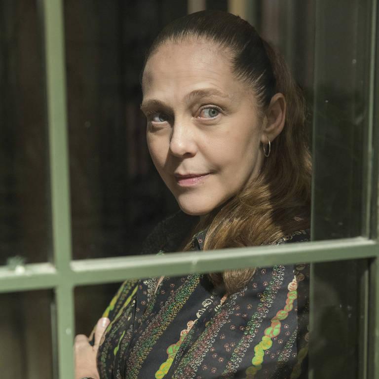 Judith (Isabela Garcia), personagem da novela O Sétimo Guardião, da TV Globo, em frente a uma janela