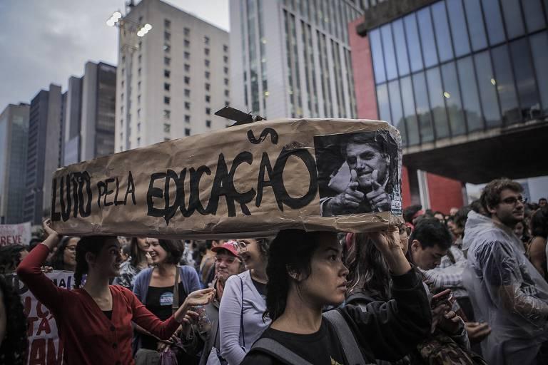 São Paulo faz protestos contra cortes na educação