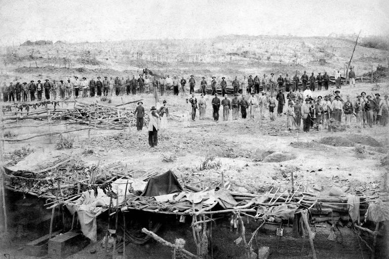 Soldados enfileirados em meio ao sertão