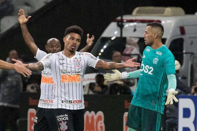 Jogadores do Corinthians lamentam chance perdida durante derrota para o Flamengo, na última quarta (15), pela Copa do Brasil