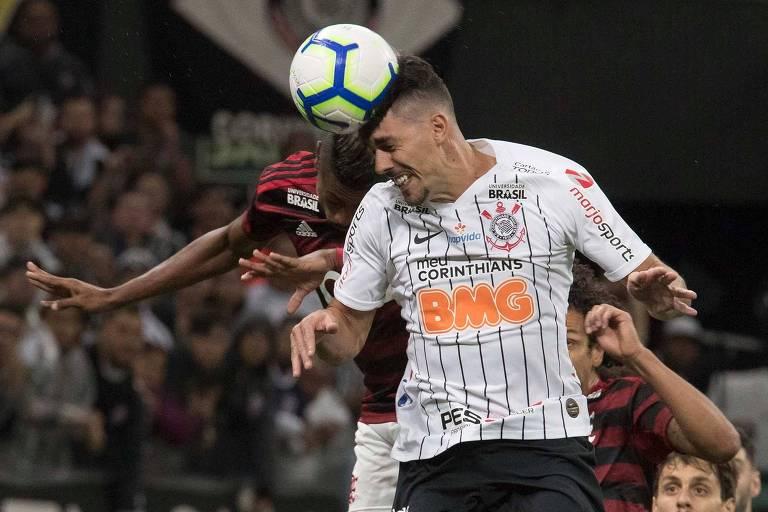 O corintiano Danilo Avelar disputa lance aéreo com o rubro-negro Bruno Henrique no duelo de ida das oitavas da Copa do Brasil
