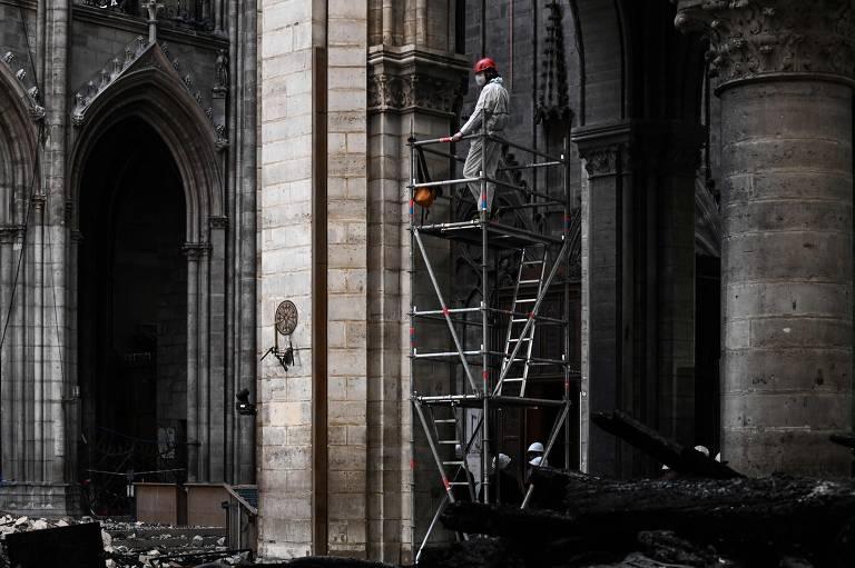Notre-Dame um mês após o incêndio