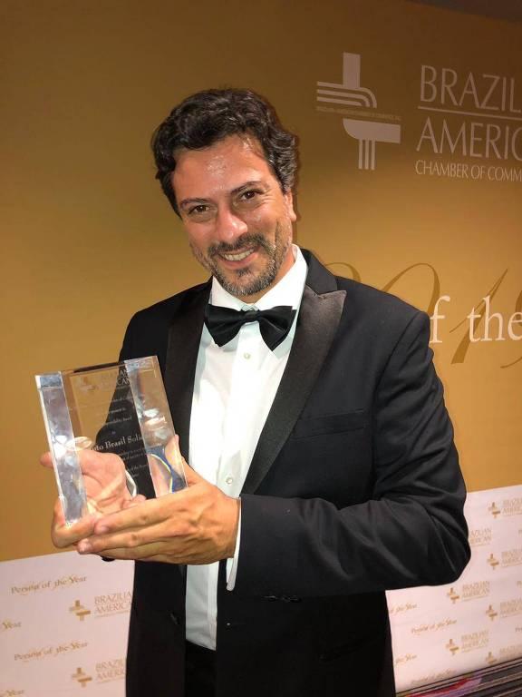 Luis Salvatore, fundador do IBS (Instituto Brasil Solidário), recebe prêmio da Câmara de Comércio Brasil-EUA, em Nova York, na terça-feira (14)