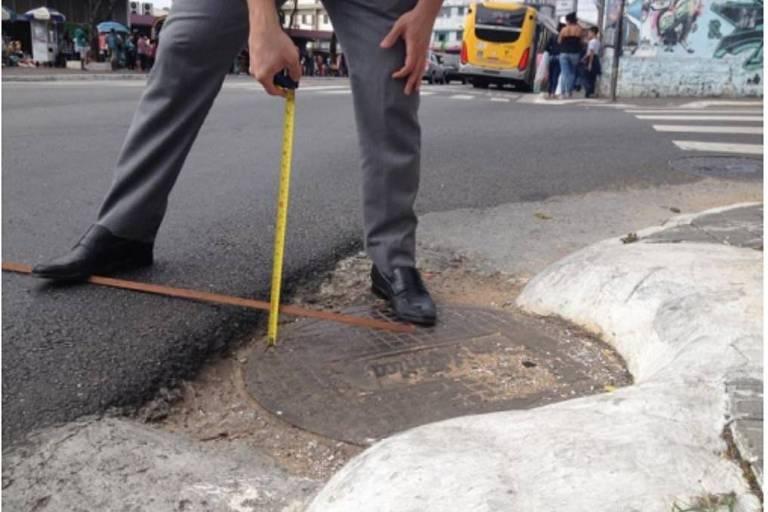 Desnível de 7,5cm entre asfalto e tampa de bueiro na avenida Marechal Tito, recapeada dentro do programa Asfalto Novo
