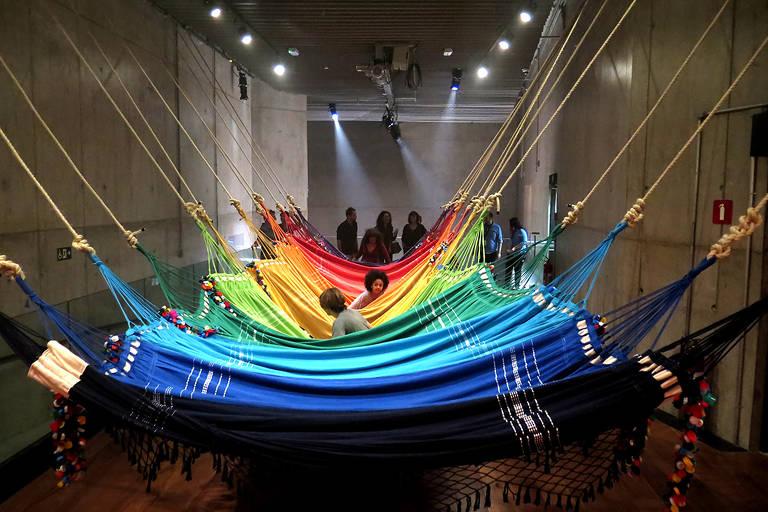 'A Rede Social', obra interativa do coletivo Opavivará, em exposição do Espaço Cultural Porto Seguro em 2017