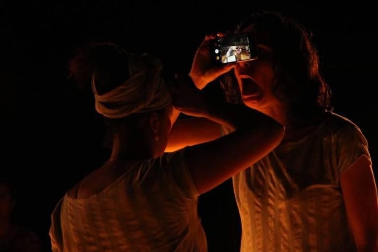 Cena do espetáculo 'Rolezinho'; nele, o boitatá devorador de olhos humanos se apresenta também no uso das tecnologias