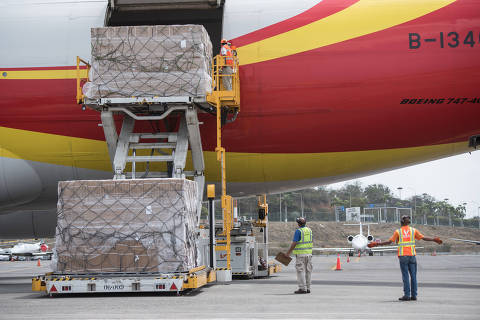(190514) -- Venezuela , May 14, 2019 (Xinhua) -- The second shipment of medical aid from China arrived at the Simon Bolivar International Airport in Caracas, Venezuela, May 13, 2019. The 71 tonnes of aid mainly consists of medicines and medical supplies. The first batch of medical assistance from China, made up of 65 tonnes of medicines and medical supplies, arrived in Venezuela in March. (Xinhua/Marcos Salgado)