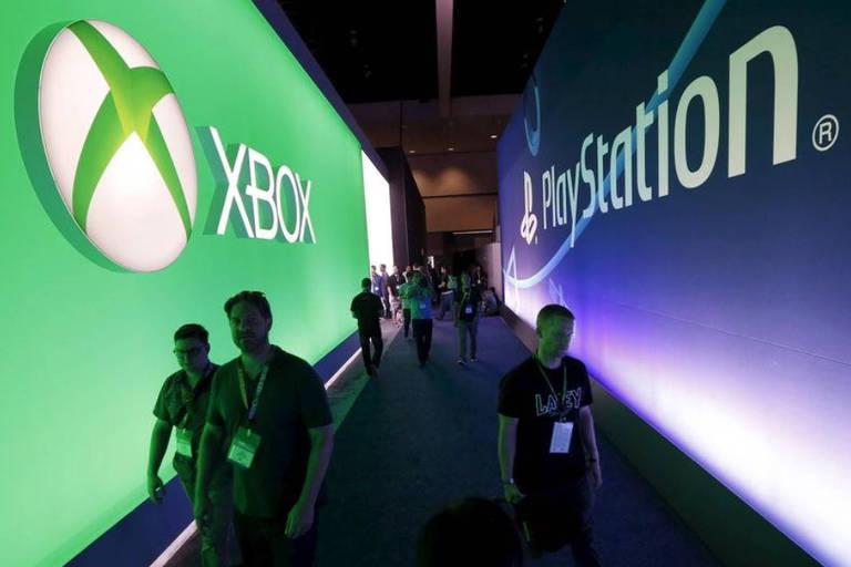 Painéis dos consoles Xbox, da Microsoft, e PlayStation, da Sony, em convenção em Los Angeles (EUA)