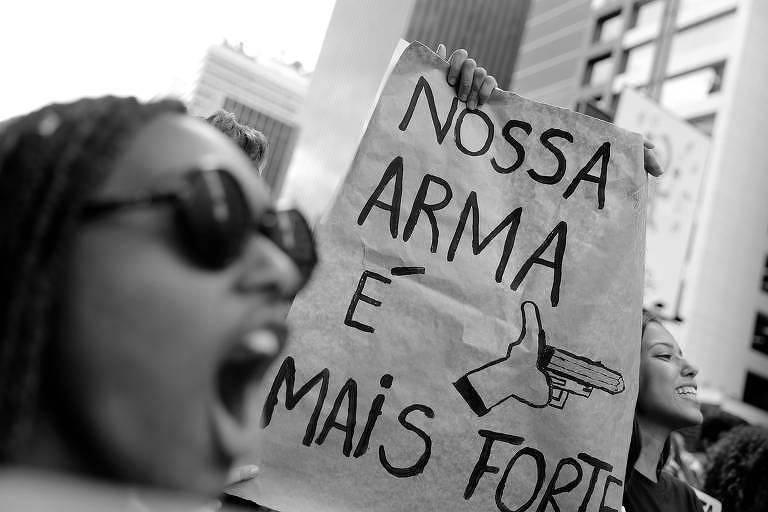 Cartaz exibido em manifestação, em São Paulo, contra cortes na educação promovidos pelo governo Bolsonaro
