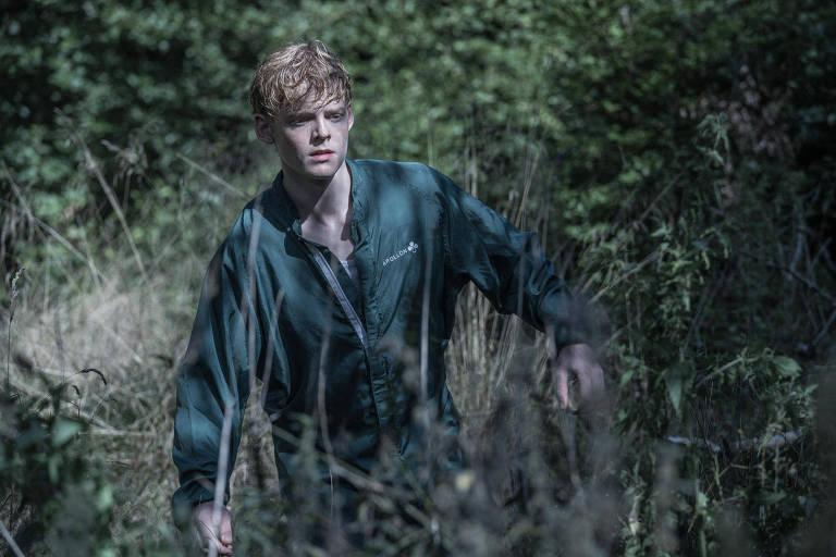 """Rapaz loiro, no meio do mato, em """"The Rain"""", série dinamarquesa de ficção científica, na 2ª temporada"""