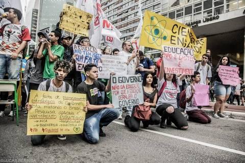 Leitor mandou à Folha fotos de estudantes em manifestação na avenida Paulista, em São Paulo