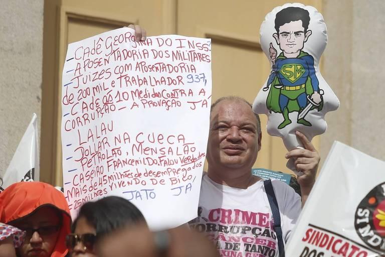 Idoso participa de manifestação por mudanças no texto da reforma da Previdência, no centro de Sao Paulo
