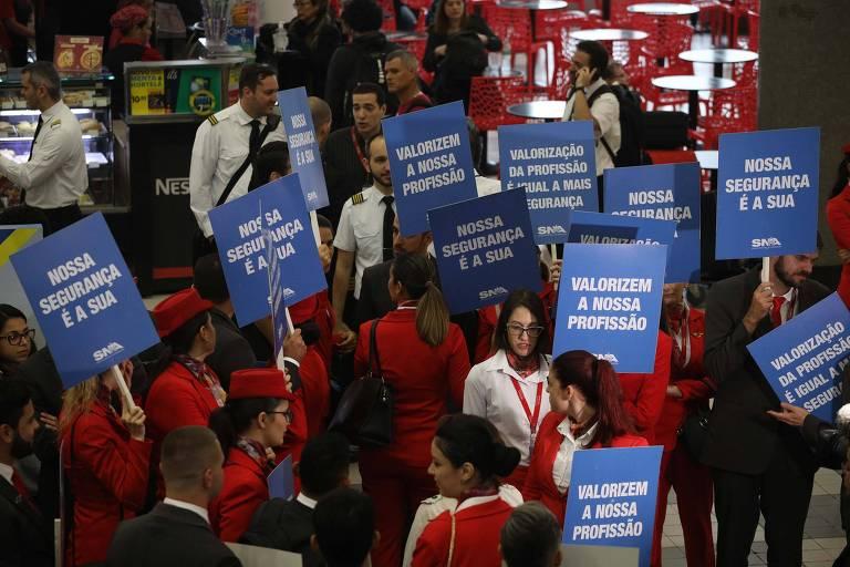 Funcionários da Avianca protestam no saguão principal do Aeroporto de Congonhas, na Zona Sul de São Paulo (SP)