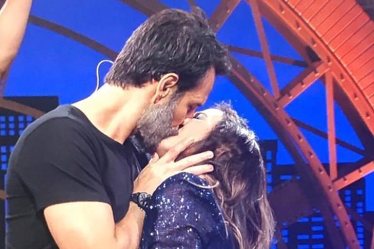 Tatá Werneck ganha beijo de Rodrigo Santoro