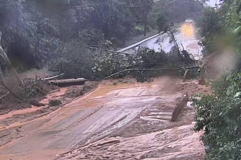 Trecho bloqueado da Tamoios nesta sexta-feira (17)