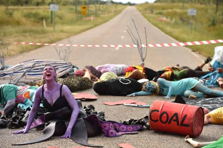 Ativistas protestam contra instalação de mina de carvão em área próxima a Queensland, na Austrália